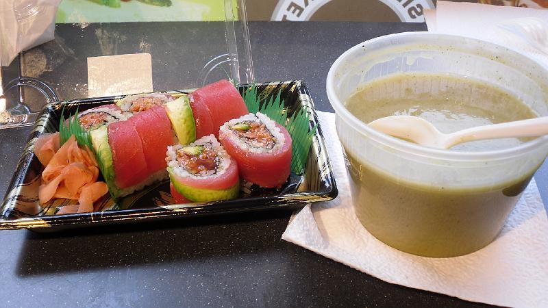 Sushi e zuppa di broccoli